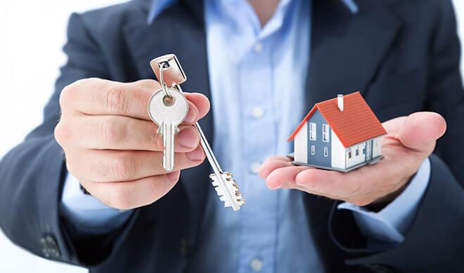 Изображение - Преимущества и недостатки дарственной на дом real-estate-concept-realtor-whit-house-and-keys-000041321376_Full